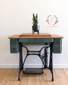 DIY Chalk & Mineral Paint on your old sewing machine! Antique Sewing Machine Table, Vintage Sewing Table, Sewing Machine Drawers, Antique Sewing Machines, Antique Sewing Tables, Singer Table, Singer Sewing Tables, Paint Furniture, Rustic Furniture