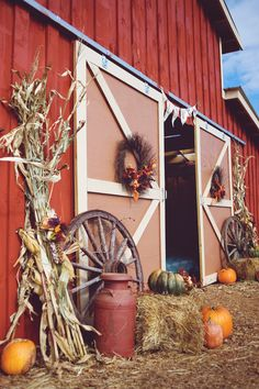 Fall ideas that includes wagon wheel, wreath, milk can too. Seasonal Decor, Holiday Decor, Old Wagons, Barn Parties, Autumn Decorating, Primitive Fall Decorating, Primitive Autumn, Outdoor Garden Decor, Happy Fall Y'all