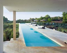 Look at this ultra-fabulous minimalist home on Nuevo Estilo, which stands in a field of olive trees, orange groves and almond trees in the old town of Dalt Vila in Ibiza.