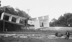 Santos Dumont testa sua criação, o 14 Bis, o primeiro veículo voador mais pesado que o ar, com a ajuda de um burro e cabos de aço, por volta de 1906.