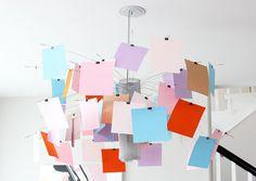 """Дизайнер Ingo Maurer создал подвесной светильник Zettel'z еще в 1999 году. Благодаря необычному дизайну модель до сих пор не выходит из моды, ведь абажур светильника может """"сбрасывать листья"""" и менять свой цвет хоть каждый день."""