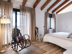 Dormitorio con chimenea y armarios