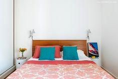 Decoração com clima minimalista em um apartamento sem excessos e repleto de boas soluções de arquitetura após uma grande reforma. Furniture, Room Inspiration, Grande, Arch, Bedrooms, Home Decor, House, Cosy Room, Head Boards