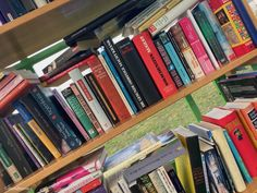 Bücher-Telefonzellen: Lesen zum Nulltarif Second Hand Shop, Baumgarten, Bookcase, Home Decor, Vinyl Record Shop, Coffee Cozy, Telephone Booth, Second Life, Decoration Home