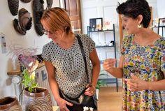 Soline, une créatrice à l'aiguille au grand talent et Charlotte, céramiste, imaginent le quotidien à la mode artistique. - Soline, une créatrice à l'aiguille au grand talent et Charlotte, céramiste, imaginent le quotidien à la mode artistique.