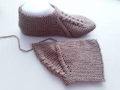 İki şiş patik modeli yapılışı Knitted Booties, Knitted Hats, Piercings Ideas, Crochet Bikini, Knit Crochet, Knitting Patterns, Crochet Patterns, Under Armour, Moda Emo