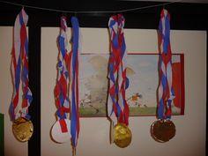Map juf Ineke, thema sport: prachtige medailles van bierviltjes, gekleurd papier en crêpepapier.