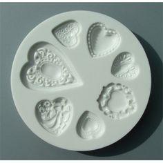 Stampo in silicone Alphabet moulds ideale per decorazioni 3D in pasta di zucchero, pasta di gomma e marzapane. Stampo con 7 sagome a forma di cuore decorato: da cm 1,5 (h) X cm 1,5 (l) a cm 3,5 (h) X cm 2,5 (l) circa. Diametro stampo cm 7,5.