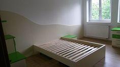 Nová dřevěná postel čeká už jen na osazení matrací.