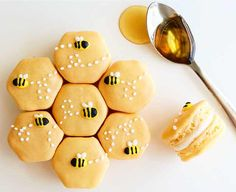 Honey French Macarons not only taste yummy but look so cute. These would be perf… Honey French Macarons not only taste yummy but look so cute. These would be perfect for a first birthday party or bee-day! Köstliche Desserts, Dessert Recipes, Disney Desserts, Health Desserts, Summer Desserts, Plated Desserts, Summer Drinks, Cute Food, Yummy Food