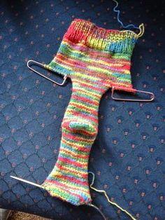 Knit socks on 2 straight needles - killer crafts & crafty killers crafts with anastasia. Loom Knitting, Knitting Socks, Knitting Stitches, Knitting Patterns Free, Knit Patterns, Free Knitting, Baby Knitting, Knitting Machine, Vintage Knitting