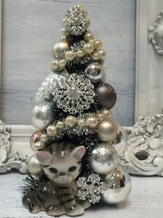 The Pink Pixie Forest: Still Time To Add Some Sparkle To Your Holiday Decor! Christmas Ornament Wreath, Vintage Christmas Ornaments, Christmas Wreaths, Christmas Bulbs, Christmas Planters, Christmas Cats, White Candle Holders, Vintage Jewelry Crafts, Bottle Brush Trees