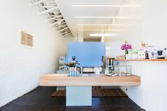 Blue Bottle first original store in Los Angeles debuts as a tiny espresso bar on Abbot Kinney.