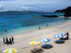 【沖縄おすすめ情報】 古座間味ビーチ(ふるざまみビーチ) パラソルの並ぶ古座間ビーチ