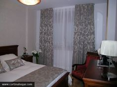 Dormitorio tradicional completado con decoración  textil a juego en cama, cojines y cortina. Todo confeccionado artesanalmente en nuestros talleres. Y es que… cuidamos hasta el último detalle..