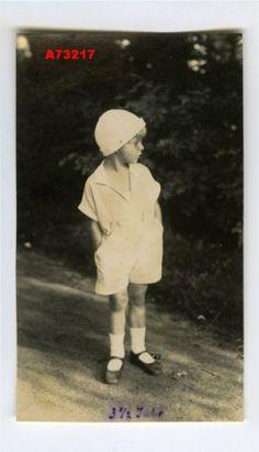 1930s VINTAGE PHOTO CUTE LITTLE CHILD