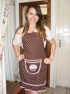 Avental tecido chocolate com morango,aplicação de cupcake em bolso central. R$55,00