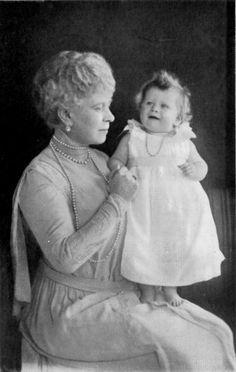 Reina Mary con su nieta la princesa Isabel (futura Isabel II de Inglaterra)