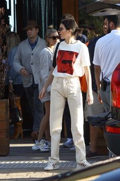 Kendall JennerOutfit Look in White Pants. Street Style 2019 Oversized Solid Beige Cotton Trousers Oversized White Graphic Tee Round White Adidas Crisscross Tie Sneakers on SASSY DAILY Kylie Jenner Outfits, Kendall Jenner Outfits, Kendall Jenner White Dress, Kendal Jenner Street Style, Kendall Jenner Icons, Looks Street Style, Looks Style, Model Street Style, Look Fashion