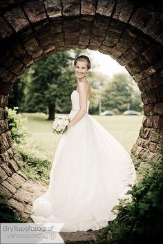 Erlebt bei mir eine Hochzeit in freundschaftlicher und romantischer Atmosphäre. Ich gehe dabei feinfühlig und kompetent auf eure Wünsche ein. One Shoulder Wedding Dress, Wedding Dresses, Fashion, Bridal Dresses, Moda, Bridal Gowns, Wedding Gowns, Weding Dresses, Wedding Dress