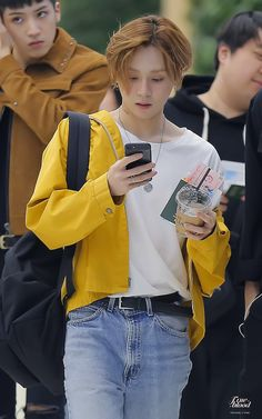 lil fan walking whilst texting his brothers Park Hyun Sik, Pentagon Members, Hyuna, E Dawn, Triple H, Airport Style, Airport Fashion, Asian Boys, Korean Beauty