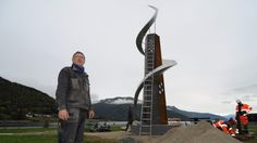 #fyrtårnforreusende #ligthouse for travelers  Kunstnar Geir S. Hjetland ved sidan av skulpturen. Foto: Robert Jan Leerink
