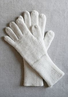 As a result of there was a time when women didn't depart the home with out them, gloves have all the time instructed to me the class of horse-drawn carriages, drawing rooms and balls. Mittens Pattern, Knit Mittens, Knitted Gloves, Shawl Patterns, Knitting Patterns, Purl Bee, Purl Soho, Baby Knitting, Knit Crochet