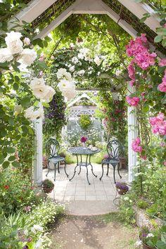 """フロール ガーデンチェアー@タカショー """"Flor(花)""""を意味するとおり、つる性の花植物をイメージしたラインが特徴のデザインファニチャー。花びらを模したテーブル、蔦(つた)を絡めたようなチェアはお庭でのティータイムを楽しく演出してくれます。 重厚そうに見えて女性でも持ち運び可能な重さはアルミ製のため。サビにも強く丈夫な作りは外で安心してご使用いただけます。 #家具 #庭 #ファニチャー #植物 #花"""