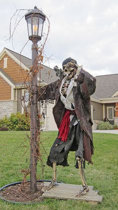 Halloween forum - Keeping the Halloween spirit alive 365 days a year. Discuss decorations, costumes and more! Halloween Prop, Pirate Halloween Decorations, Decoration Pirate, Pirate Halloween Party, Hallowen Costume, Halloween Displays, Halloween Haunted Houses, Outdoor Halloween, Halloween Themes