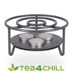 Stövchen aus Metall für 1-3 Kerzen: Das formschöne Stövchen aus matt-grauem Metall lässt sich dank seines edlen und dezenten Designs sowohl zu modernem, als auch zu klassisch-elegantem Geschirr und Zubehör kombinieren. Es kann mit nur einem, zwei oder drei Teelichtern genutzt werden. Für große oder kleine Kannen, Teller, Schüsseln oder auch die einzelne Teetasse. #teeliebhaber #teezeit Teller, Outdoor Furniture, Outdoor Decor, Designs, Modern, Home Decor, Stainless Steel, Corning Glass, Tea Pots