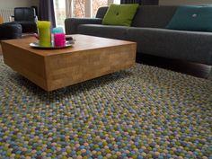 Jeder Teppich besteht aus buchstäblich tausenden handgefertigten Filzkugeln.