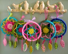 these dreamcatchers were made by my daughter a few years ago and are still hanging in her room Dromenvangers maken, een heel leuke kn...