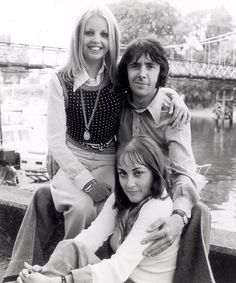 The main cast of seventies sitcom Man About The House - Sally Thomsett, Paula Wilcox & Richard O'Sullivan Sally Thomsett, Richard O Sullivan, Radios, Nostalgia, Robin, Classic Comedies, Vintage Television, Man Of The House, British Actors