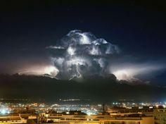 Une impressionnante cellule orageuse accompagnée d'éclairs illumine le ciel de la Sardaigne, sur cette photo que Stefano Garau a prise depuis son balcon. Un cliché exceptionnel, qui date de plusieurs mois, mais que l'agence Sipa vient seulement de diffuser.