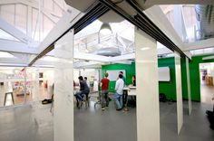 Hängande flyttbara väggar Open space with hanging white boards at d.school