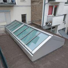 Sie haben einen Anbau im lichtarmen Hinterhof und haben viel zu wenig Tageslicht im Innenraum? Eine GLASOLUX Satteldach-Verglasung mit opallaminierten Fenstermodulen ist hier die Lösung. Die Verglasung sorgt für Licht von oben, ohne gleich den Blick ins Innere freizugeben. Gleichzeitig garantieren automatisiert zu öffnende Fenstermodule für die Frischluftzufuhr. Shelves, Home Decor, Room Interior, Windows, Glass Roof, Air Fresh, Gable Roof, Shelving, Decoration Home