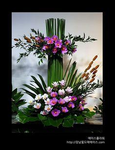 Creative Flower Arrangements, Ikebana Flower Arrangement, Church Flower Arrangements, Vase Arrangements, Flower Centerpieces, Flower Vases, Cactus Flower, Altar Flowers, Church Flowers