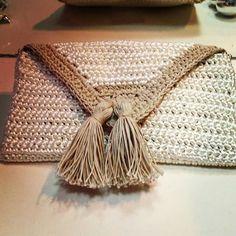 Clutch crochê Clutch Purse, Crochet Projects, Straw Bag, Knit Crochet, Crafty, Knitting, Crochet Wallet, Hand Bags, Crotchet Patterns