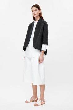 Made from lightly padded fabric with a textured finish, this blazer has kimono-inspired sleeves. Wide-cut for a relaxed fit, it has fade-out lapel, in-seam pockets and a curved open front.