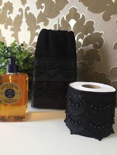 Este jogo contém uma toalha de lavabo preta decorada em cetim preto e guipir preto, bordada com fio duplo as pérolas. As são felpudas em algodão, com detalhes em viscose ou poliéster, macia e bem absorvente. E um Porta papel higiênico elaborado em cetim, renda guipir e bordado as pérolas. Fechame... Tea Towels, Lace Skirt, Black, House, Home Decor, Fashion, Decorative Towels, Bathroom Crafts, Personalized Pillows