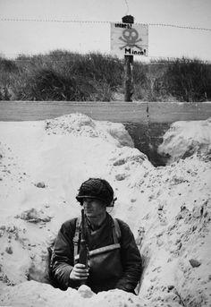 Utah Beach, le 6 Juin 1944. Un membre de la 4e Division d'infanterie attend dans une tranchée