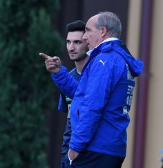 Italian national team head coach Giampiero Ventura (R) and Matteo Politano of Italy chat during the training session at the club's training ground at Coverciano on November 7, 2016 in Florence, Italy.