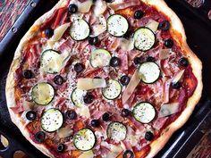 A pizzának nem kell cégér, nem ismerek olyan derék legényt vagy lyányt e Földön, aki ne rajongana ezért az egyszerű,de nagyszerű street food alapdarabért. Aki viszont szeretne elrugaszkodni a körút sarkán található olcsó szeletpizza verziótól, annak melegen ajánlom otthoni…