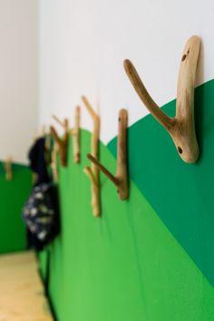 Kita Kleiderhacken-Holz Innendesign-Grünwand Gestaltung Design