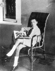 Vladimir Nabokov con un libro sobre mariposas. 1907