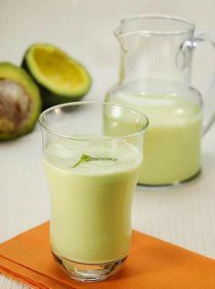Ingredientes  1/4 de um abacate maduro 2 xícaras de leite vegetal gelado 1/4 de xícara de aveia em flocos Açúcar a gosto  Preparo  Bata todos os ingredientes no liquidificador até obter um creme homogêneo. Sirva em seguida.  Rendimento: 3 porções