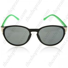 Sunglasses with retro style Retro Fashion, Wayfarer, Sunglasses, Retro Style, Babe, Retro Styles, Sunnies, Shades, Fashion Vintage