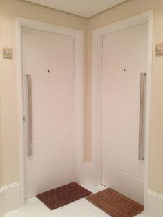 O hall social merece atenção especial. Pequenas mudanças como o rodapé alto, puxadores e apliques na porta são mudanças de efeito.