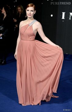 Jessica Chastain, divinité grecque dans sa robe drapée saumon Yves Saint Laurent.