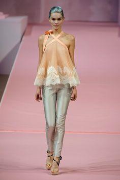 mais alfaiataria com calças curtas e justas, plissados, aplicações de renda e cores doces.   Alexis Mabille   Paris   Verão 2013 HC